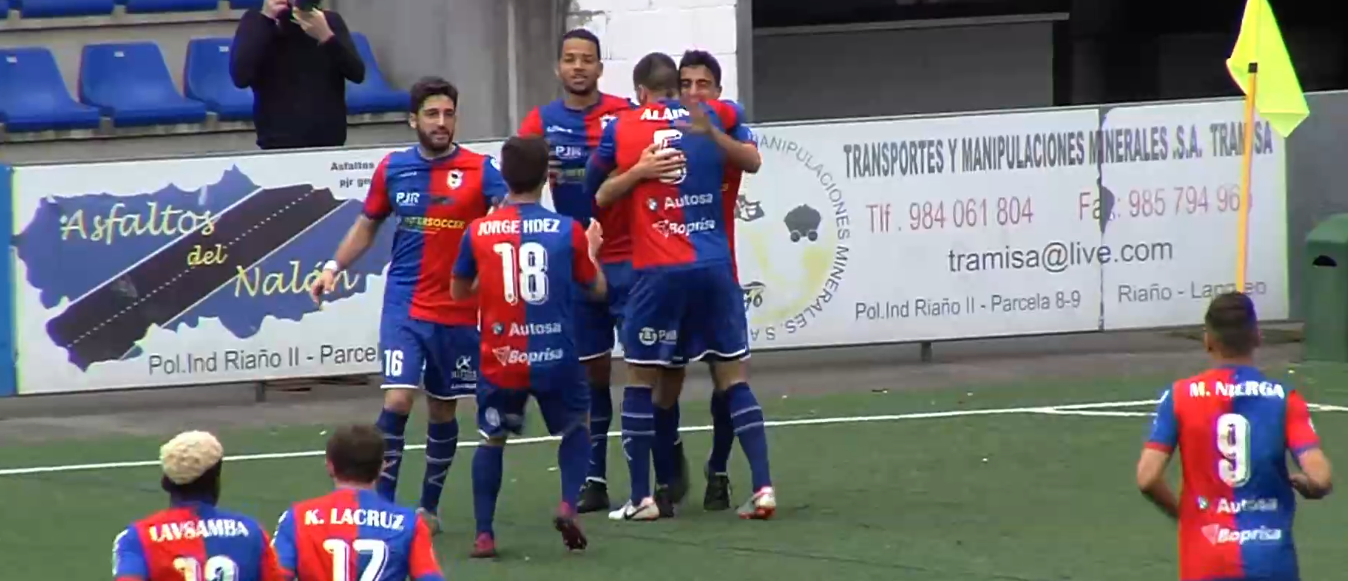 jugadores langreo celebrando gol